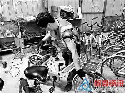 工作人员将报废的共享单车解体后分类回收再利用